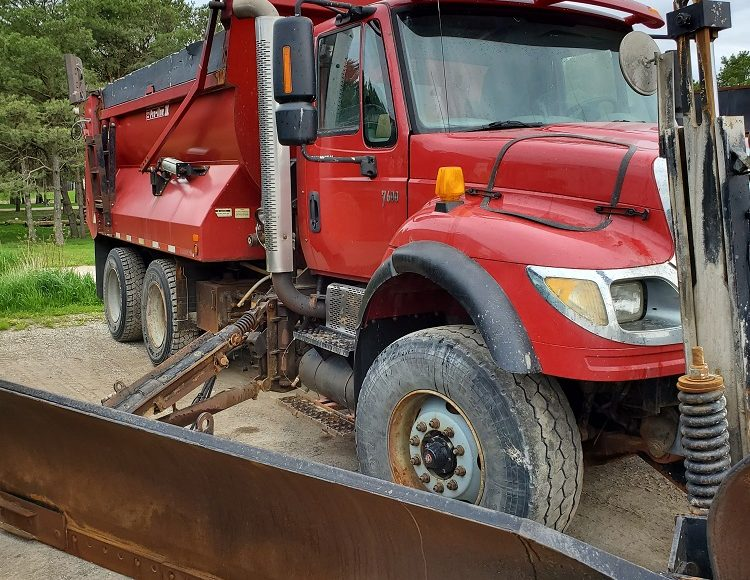 2007 INTERNATIONAL 7600 TANDEM AXLE DUMP TRUCK WITH SNOW PLOW, WING AND SANDER – $32500